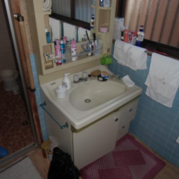 長年使ってきた洗面台も交換します。