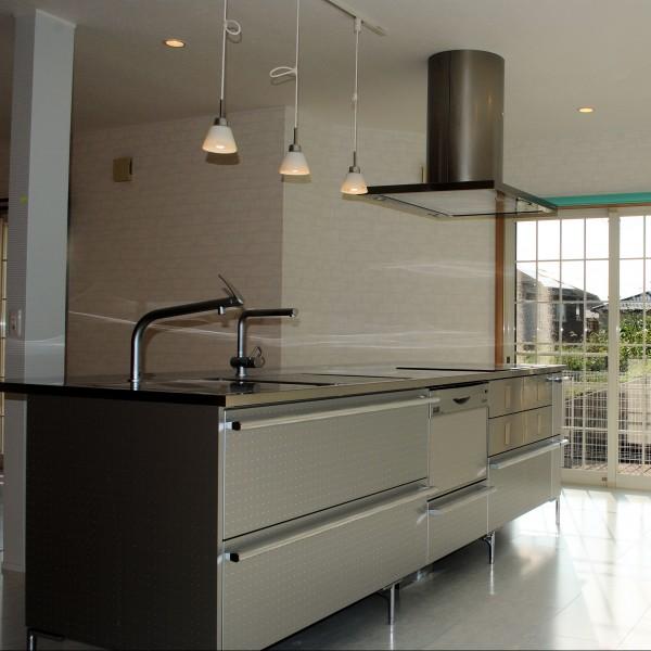 キッチンはTOYO製の「CORE」のアルミウッドに変更しました。