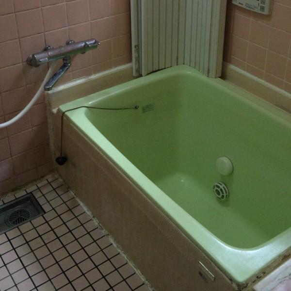 冬場は寒く、狭い浴室でした。