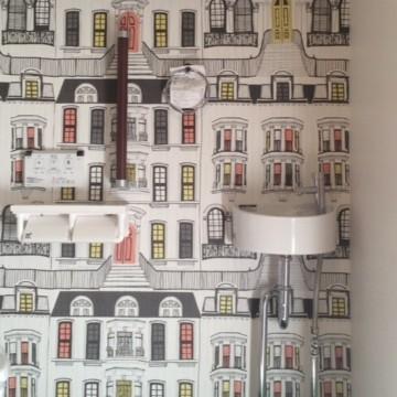トイレは一面だけ壁紙を張替えました。              パリの町通りをイメージしたクロスです。                                        (FE-3701:サンゲツ)