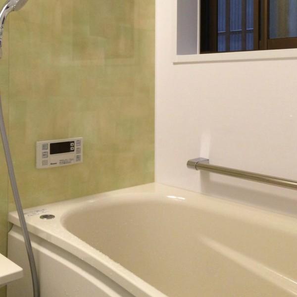 パネルは「ティントグリーン」を使い、温かみの感じられる雰囲気の浴室になりました。