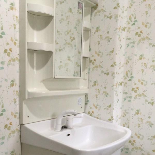 全体を白で統一し清潔感のある洗面所になりました。