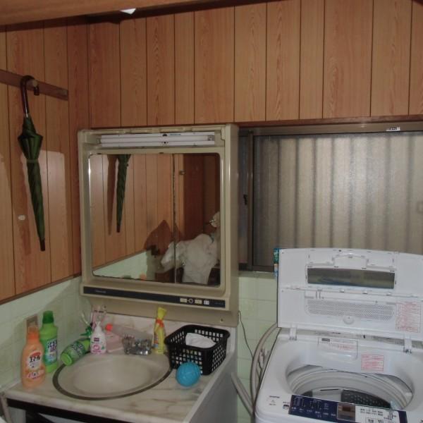 劣化が進んできた洗面台を交換します。