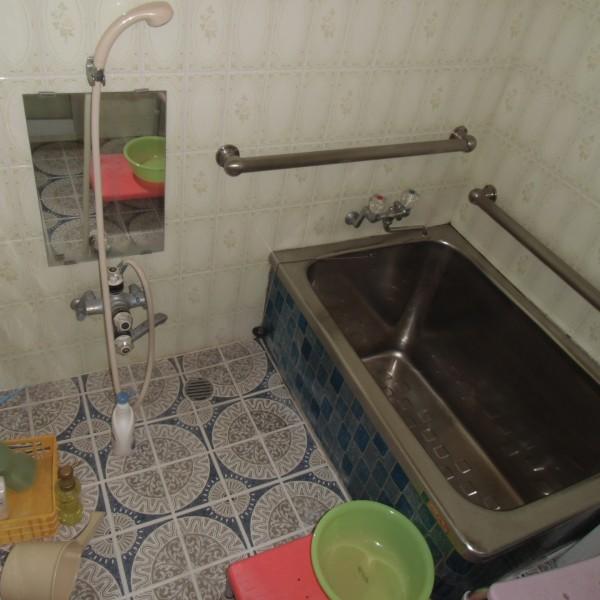 以前はステンレス製の浴室とタイル貼りの浴室でした。
