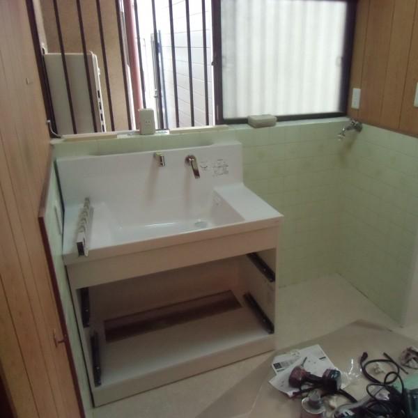 洗面台が取り付けられていきます。