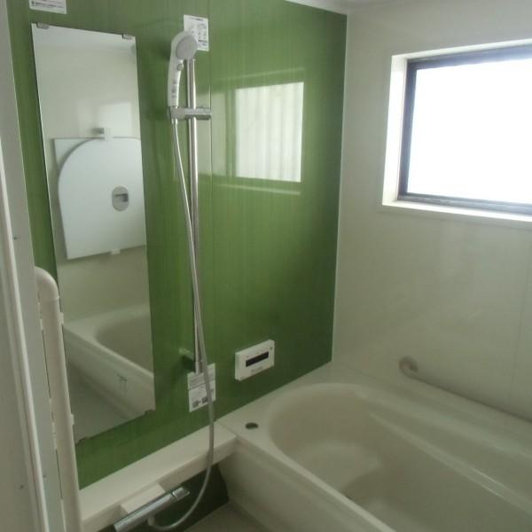 緑色のパネルで爽やかな印象の浴室になりました。(マンションリモデルWFシリーズ/TOTO)