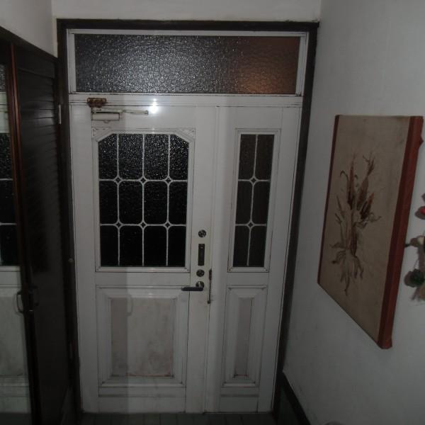 白い色の玄関ドアなので汚れも目立ってきています。