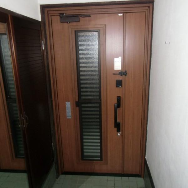 玄関ドアはYKKのヴィナートRD キャラメルチークを施工しました。 断熱性のにも優れ、ポケットキー付きなので便利です。