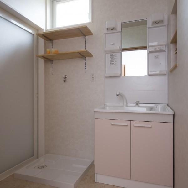 洗面所には可動棚を設けました。