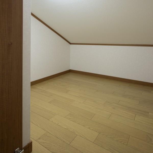 小屋裏収納は2階の床と高さを合わせることで重い荷物も出し入れしやすくなりました。