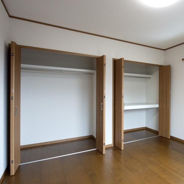 洋室は収納を充実させました。