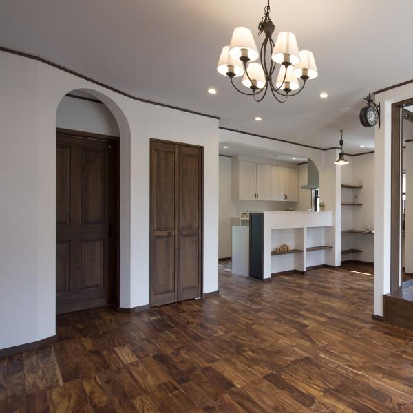 ダークブラウンの床や建具と白い塗り壁のコントラストが落ち着きのある空間を生みます。