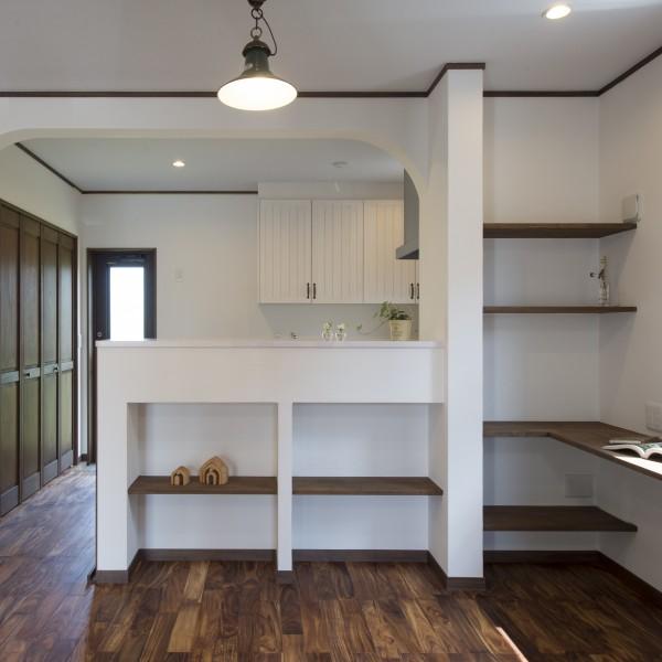 キッチンカウンターの下は飾り棚のように可愛らしい魅せる収納になっています。