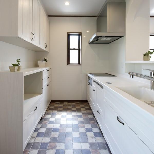 キッチンは白色で統一し、床にはアンティーク調のクッションフロアを貼りました。