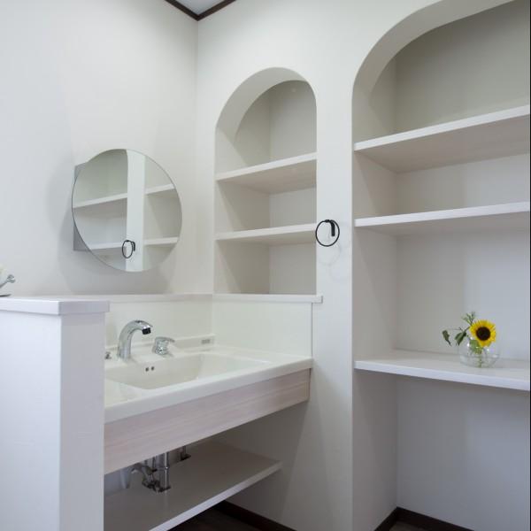 収納を造作にすることで脱衣スペースを広く使えます。