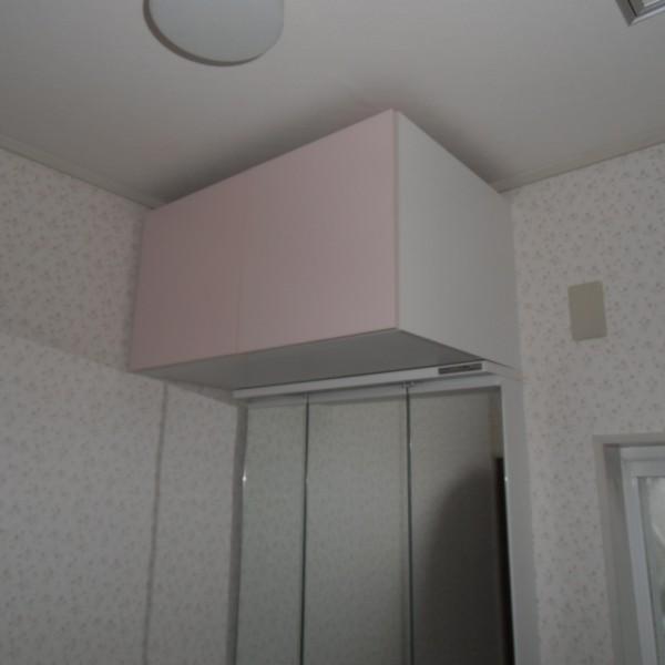 洗面台の上にキャビネットをつけて収納スペースを充実させました。
