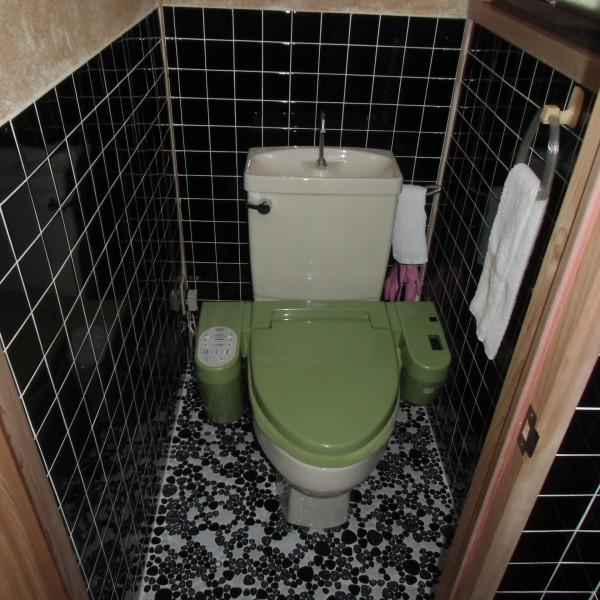 タイル貼りのトイレでした。