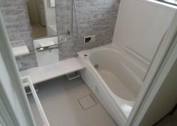 広々空間の暖かな浴室
