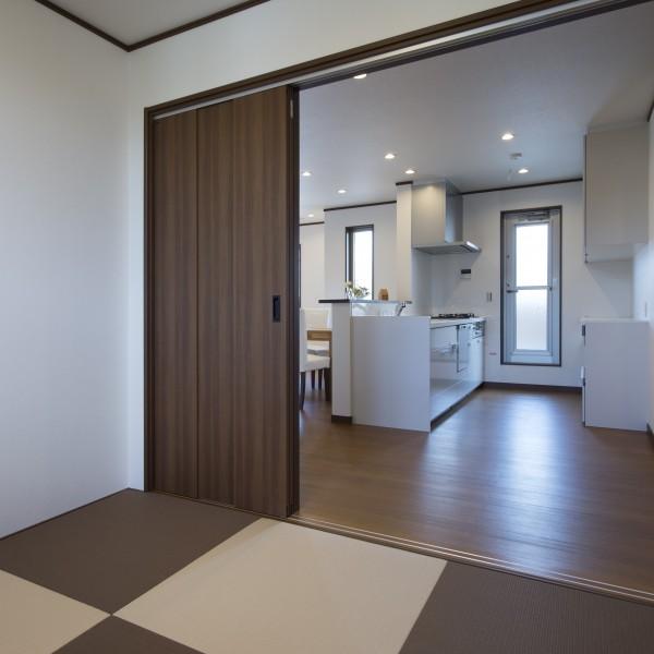 リビング横の和室は市松模様の畳を敷きモダンに仕上げました。
