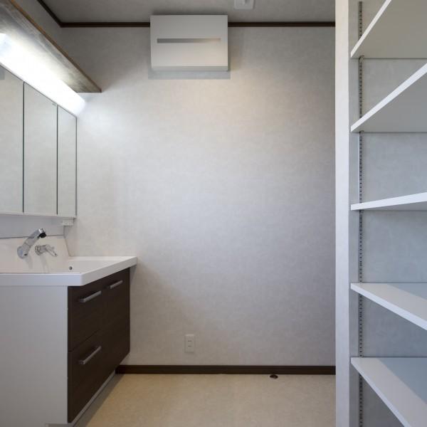 洗面所には着替えや洗剤などを置く可動棚をつくりました。