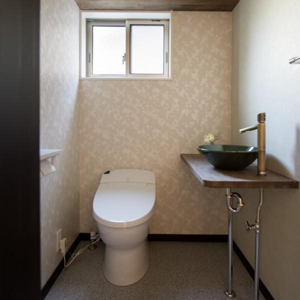 丸型の手洗い器と壁紙のコントラストが素敵です。