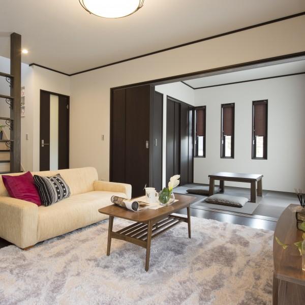リビングとひとつづきの和室はモダンな畳と合わせてシックに仕上げました。