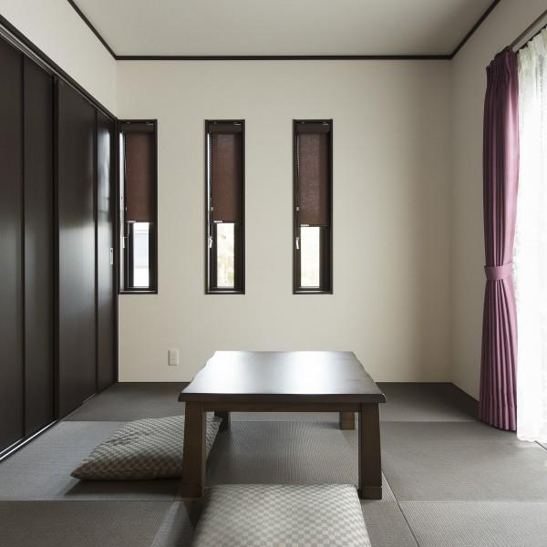 和室は将来仏間として使えるよう取り外し可能な中段を設けた収納をつくりました。