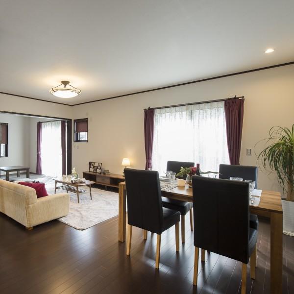 お部屋全体はディープブラウンの床材にカーテンのワインカラーとダマスク柄でアクセントを加えトータルコーディネートをしました。