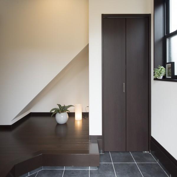 階段下のスペースを開放しより広く見えるよう工夫しました。また土間収納は外部で使う物を収納するのに便利です。