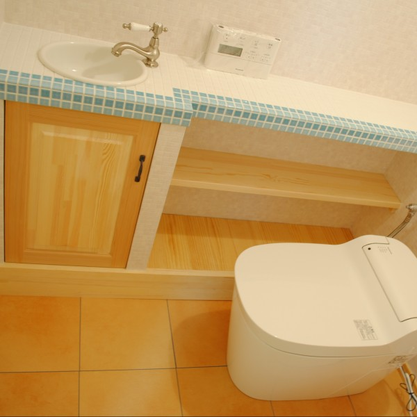 タイル調の手洗いカウンターを造作でつけました。可愛いい雰囲気のトイレになりました。
