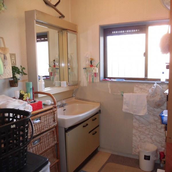 劣化が進んでいた洗面台を交換します。