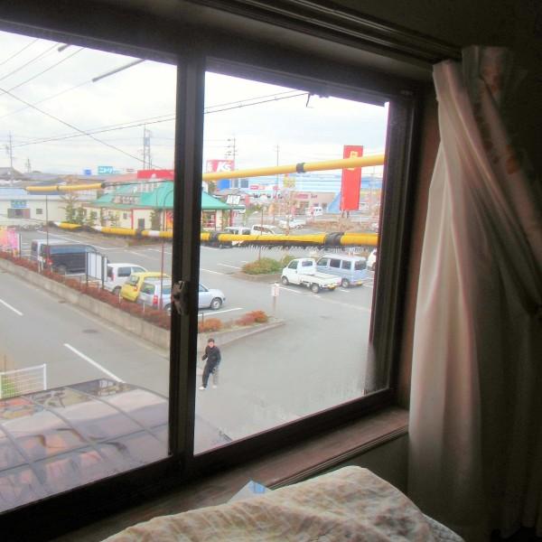 寝室の窓です。隙間風が入ってきて寒そうです。