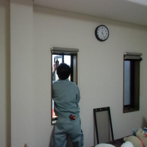職人さんが一つ一つ内窓を取り付けていきます。