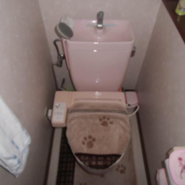 長年使ってきたトイレをリフォームしていきます。