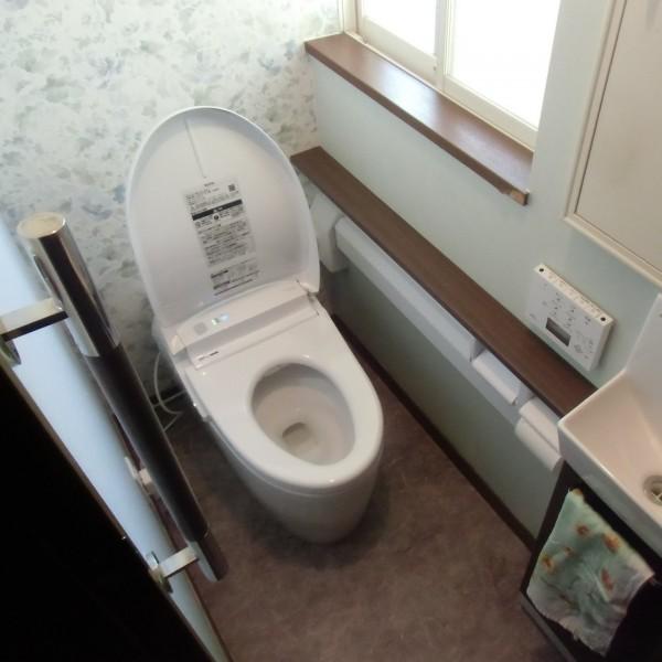 手摺、カウンター、全自動機能によりバリアフリーなトイレになりました。