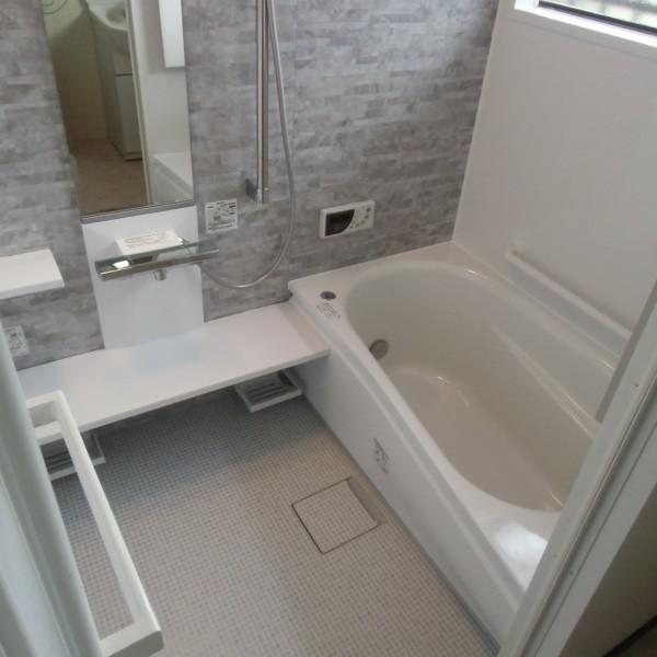 ホワイトとグレーの爽やかなコントラストで清潔感溢れる浴室になりました。(サザナ/TOTO)