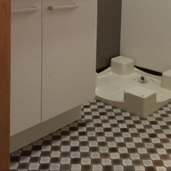 床はモロカンタイル調のクッションフロアーを使用しました。(HM-2067:サンゲツ)