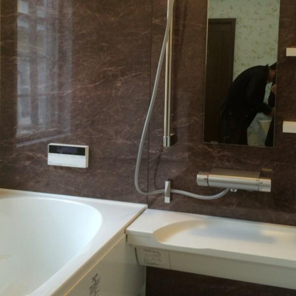 パネルは「デオプロストーン」を使い高級感のある浴室になりました。(アライズ:リクシル)