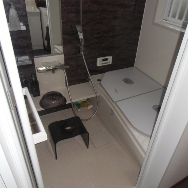 浴室はTOTO製のサザナを施工しました。お湯が冷めにくい魔法びん浴槽なので、家族で入る時間がずれても温かいお風呂に入ることができます。