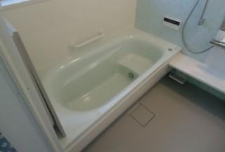 浴室の冷たさと足元の段差を解消した浴室