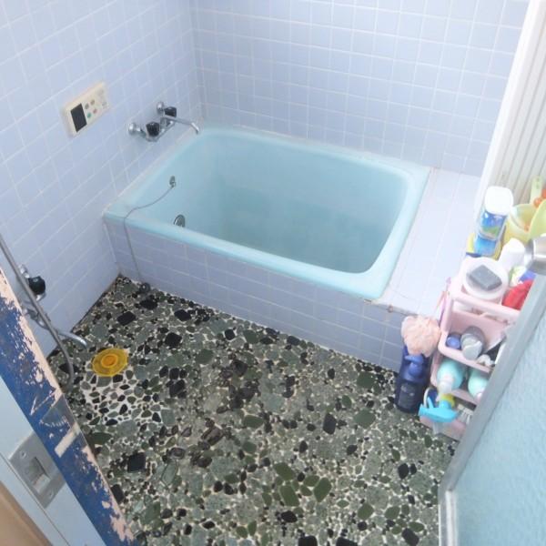 冬場はタイル張りで床は冷たく、隙間風が入り寒い浴室でした。