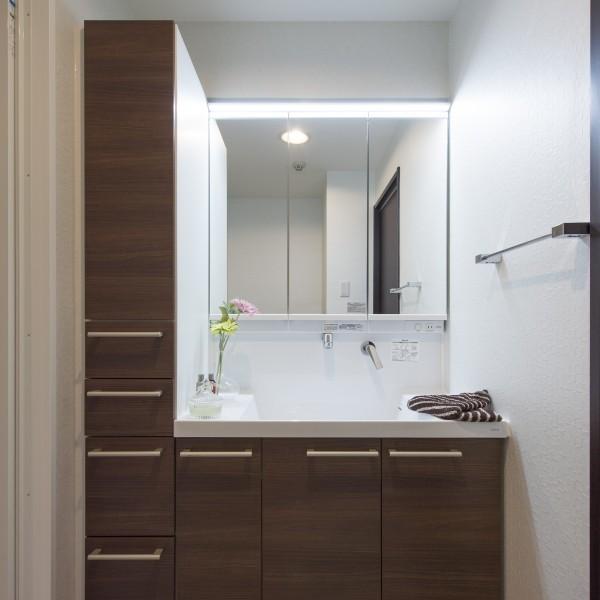 広々とした洗面化粧台です。たっぷりと収納を設けたので綺麗に片付きます