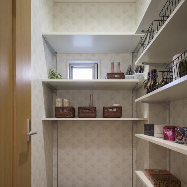 パントリーは可動棚を取り付けて様々な高さの物を収納できるようにしました。