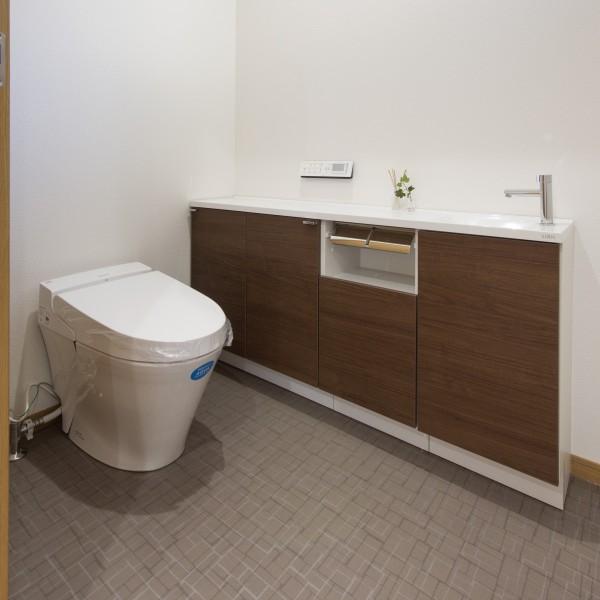 トイレは広く設け収納も充実させました。