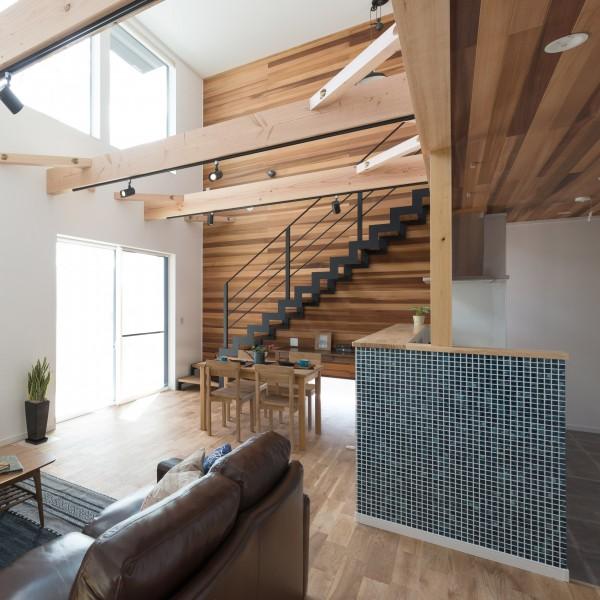 鉄骨の階段や木の素材感を生かした大きな吹抜のあるリビングです。