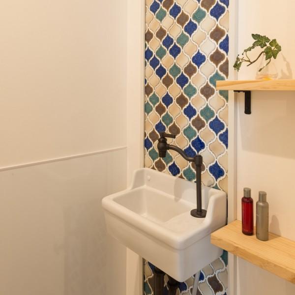 アンティークな手洗いとトラディショナルなタイルがインパクトを与えます。
