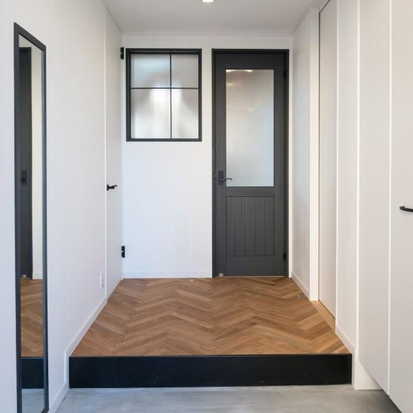 へリンボーンの無垢床材はご帰宅を温かく迎えます。