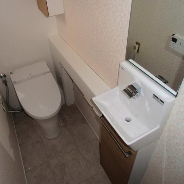 タンクレス便器とカウンター手洗いで使いやすい空間になりました。