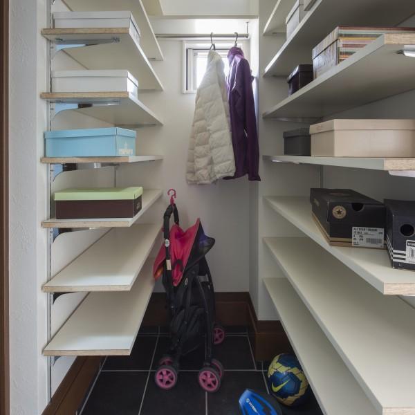 雨で濡れたレインコートや屋外で使用するものもスッキリ収納できます。