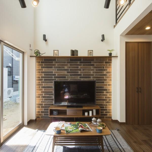 レンガ積み風のタイルと間接照明がお部屋の雰囲気を演出します。